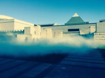 fe09b5dee70c □9時半ごろ水戸芸術館の庭というか広場というか、そういう感じのスペースに来てみると、おお、さっそく霧がもくもくして、シューゲイザーっぽい画ヅラになってる。