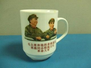 捨てられたマグカップ